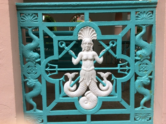 Gate with motifs