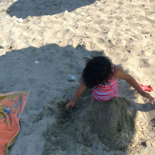 Lastborn buries herself in the sand, Leptokarya